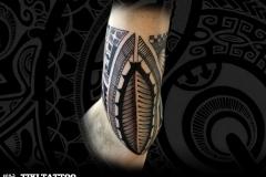 Intérieur biceps marquisien tiki tattoo