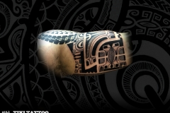 intérieur marquisien biceps tiki tattoo